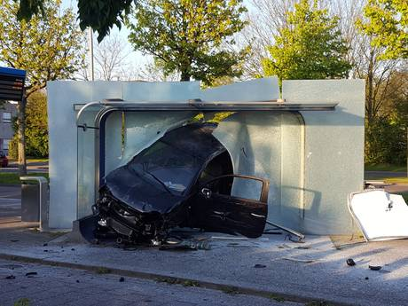 Auto vliegt door bushokje op Stappegoorweg Tilburg
