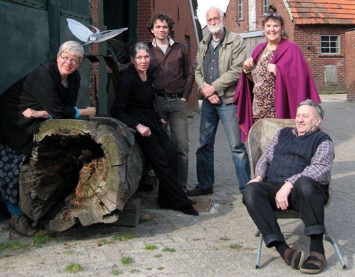 Ludwig Reirink (rechts) in 2012 met een aantal kunstenaars van 'Kunst bij Ludwig' op het erf naast het café.