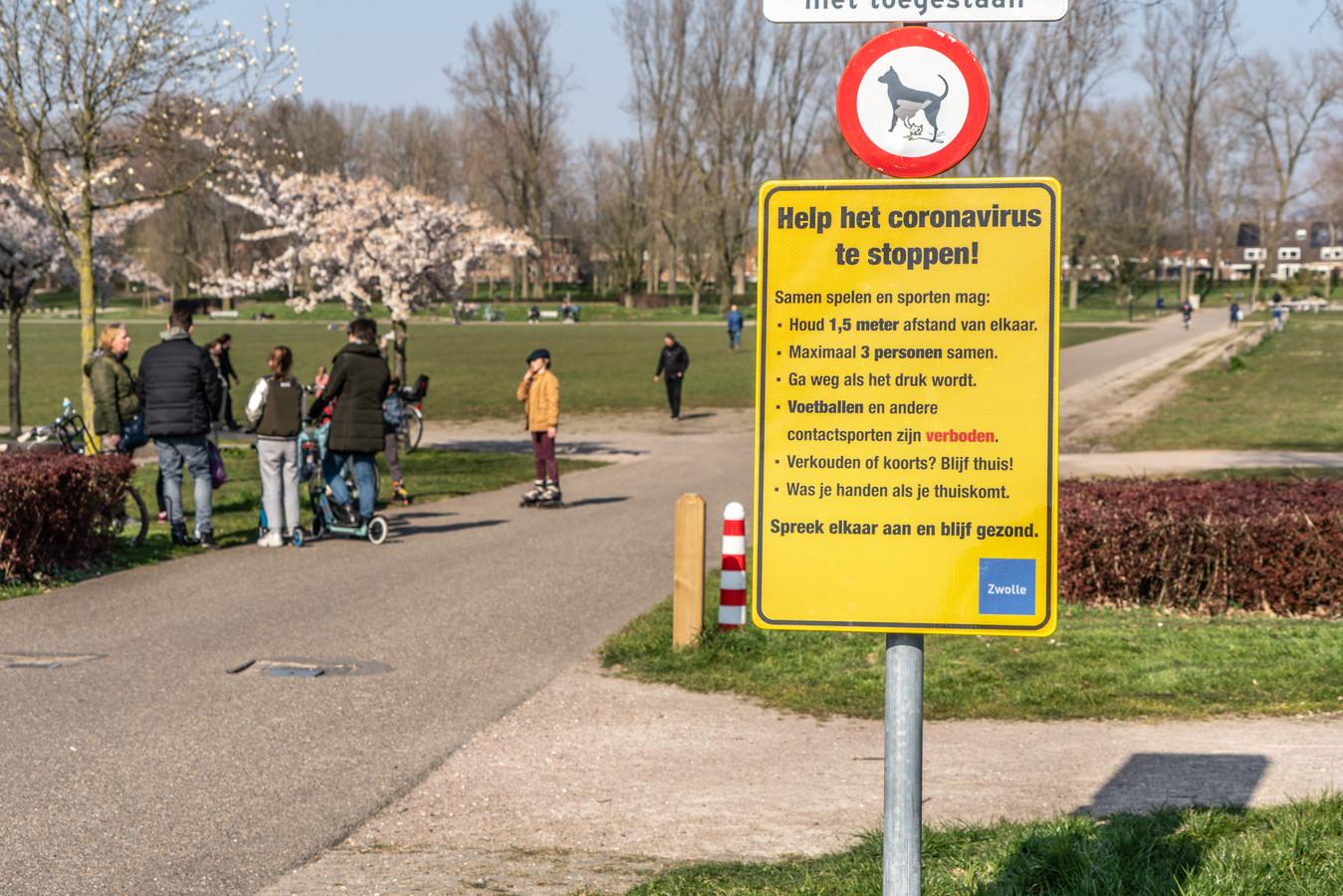 Bezoekers van Park de Wezenlanden in Zwolle worden gewezen op de maatregelen die zijn getroffen om de verspreiding van het coronavirus tegen te gaan.
