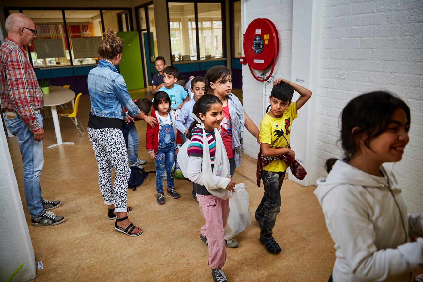 Kinderen op de school van het azc in Beverwaard.