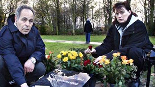 De ouders van Leon Groeneweg bij het graf van hun zoon