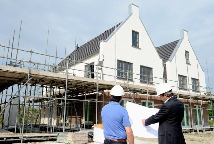 De afbouw van huizen gaat door waar dat kan, maar er zijn buitenlandse bouwvakkers die naar hun thuisland gaan om het coronavirus te ontlopen of om bij familie te zijn.