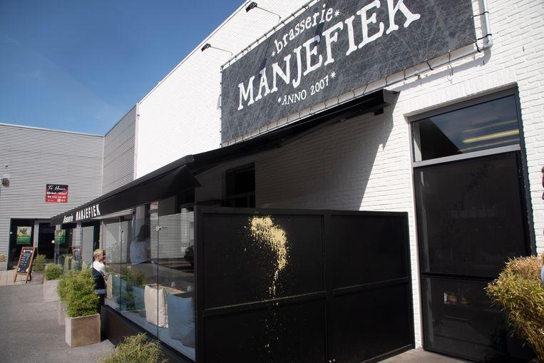 De besmeurde panelen aan terras Manjefiek.