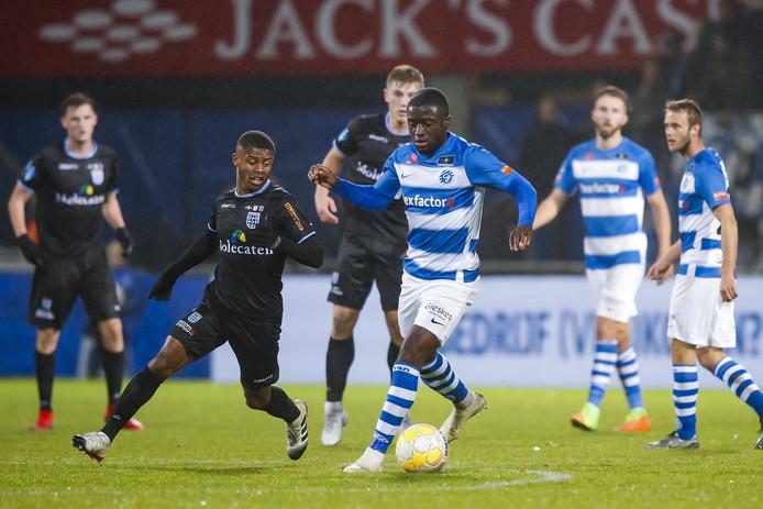 De Graafschap-rechtsback Leeroy Owusu aan de bal tegen PEC Zwolle.