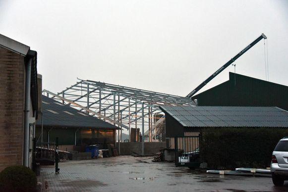 De loods die arbeiders van Metaalwerken Claessen aan het bouwen waren toen het ongeval gebeurde.