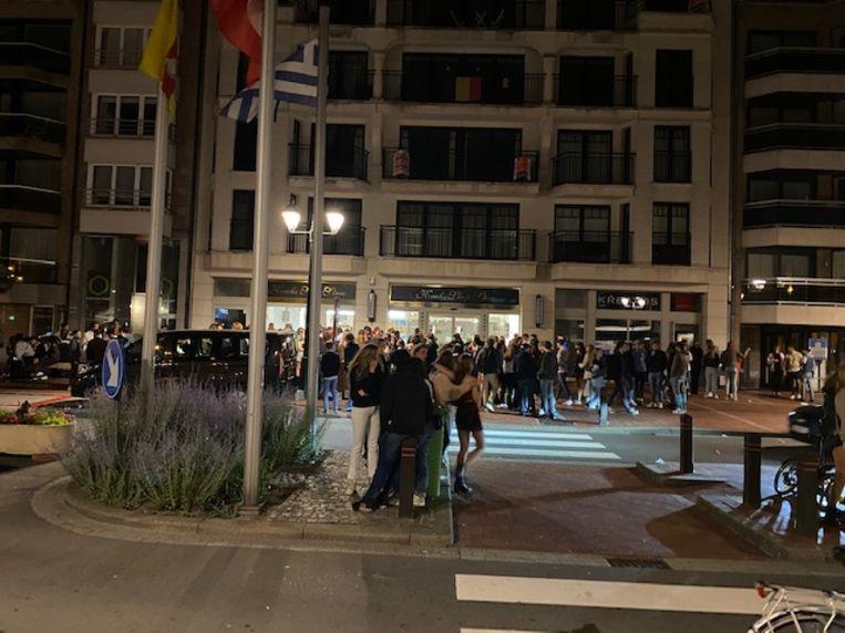 Na het sluitingsuur om 1.00 uur verzamelen heel wat feestvierders zich in de uitgaansbuurt van Knokke-Heist. Beeld Mathias Mariën