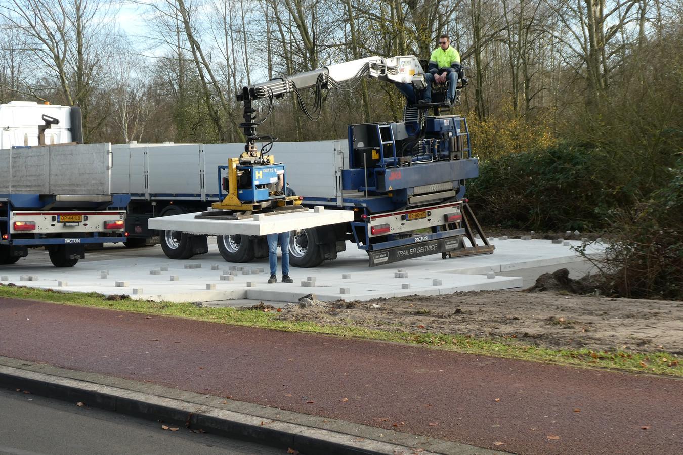 Er worden stelplaten gelegd naast de Schijndelsweg (Adrianustracé) in Sint-Michielsgestel.