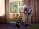 Op zijn spaarzame wandelingetjes door het verpleeghuis neemt Jan Oene Stoker de hond soms mee op zijn rollator.