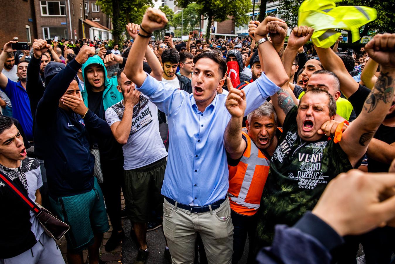 Tegendemonstranten bij een geplande varkensvleesbarbecue van Pegida bij de Laleli Moskee in Rotterdam vieren in 2018 feest. De anti-islambeweging kwam uiteindelijk niet opdagen. In Apeldoorn is vooralsnog alleen sprake van uitstel.