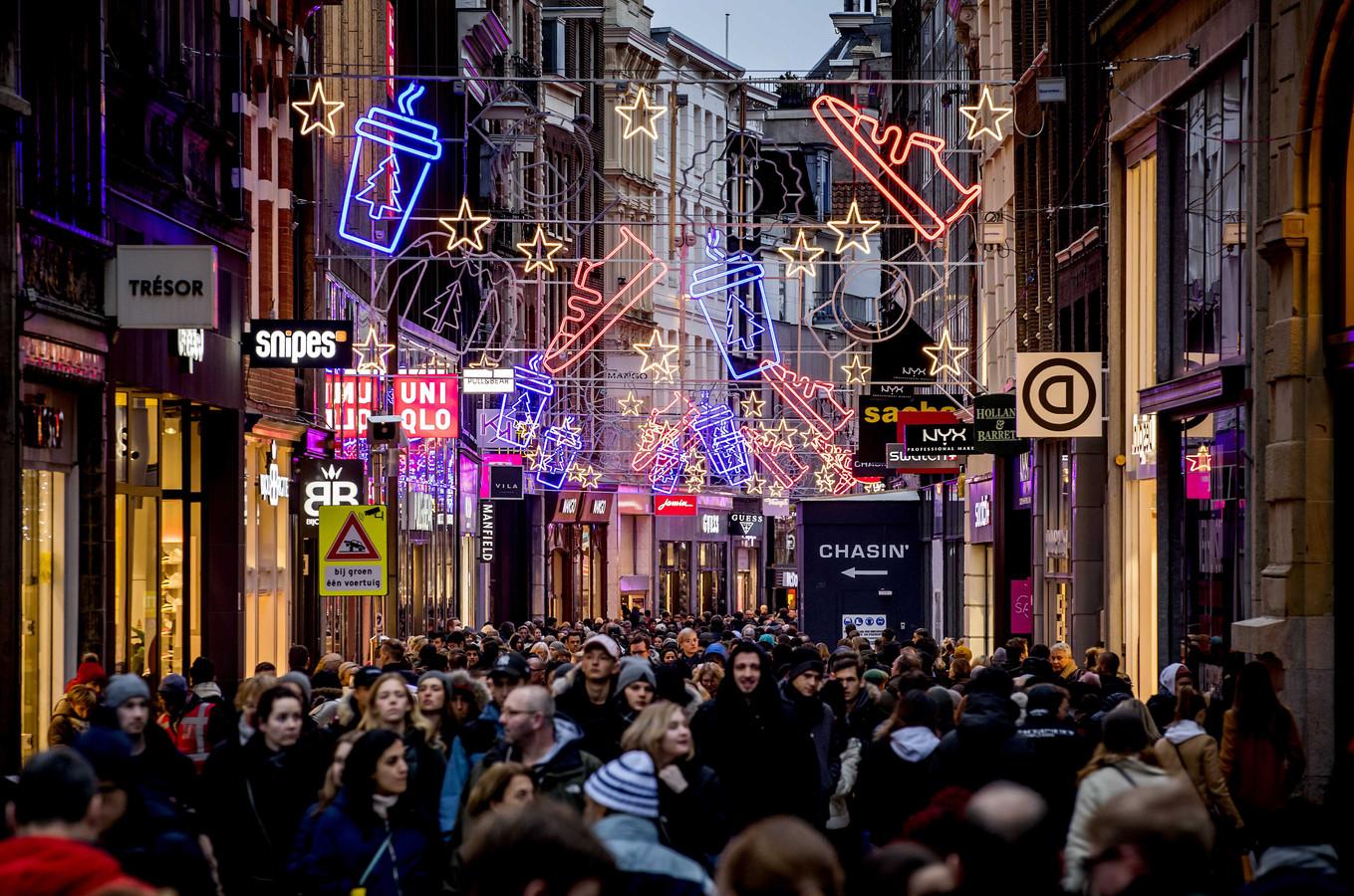 Winkelend publiek in de Kalverstraat in Amsterdam.