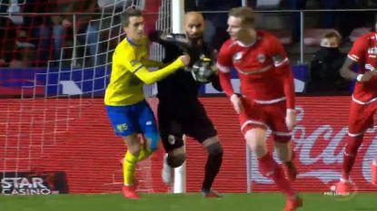 """VIDEO. Had de elleboogstoot van Bolat rood verdiend? """"Wel strafschop, maar totaal niet mijn bedoeling"""", reageerde de doelman"""