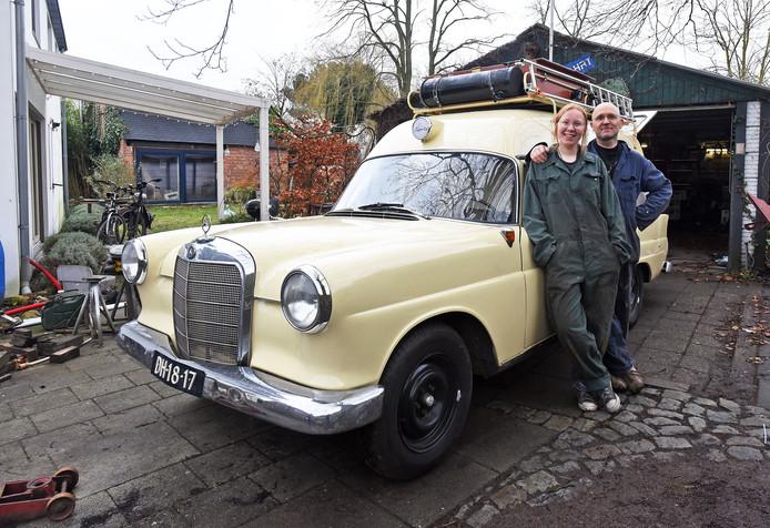Koewacht; (Zeeuws) 17/01/2020. Oude ambulance gaat op reis. Loek Schepers met zijn dochter Nika. (tekst P. Cappettie)