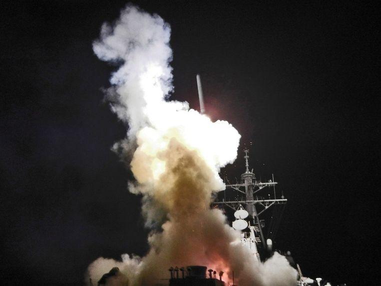 Het Amerikaanse marineschip USS Barry vuurt een tomahawk-raket af op een doel in Libië. De foto werd beschikbaar gesteld door het Amerikaanse leger. Beeld epa