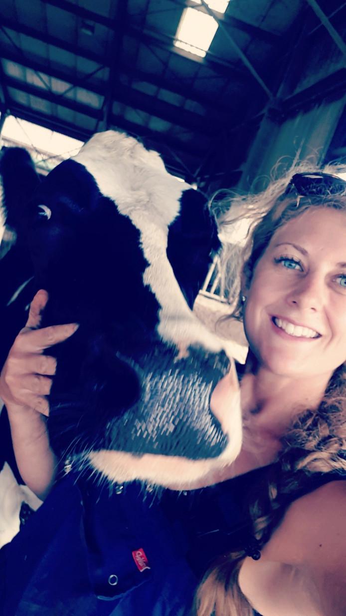 """Kiki Ernst met haar lievelingskoe Sip: ,,Het is een echte knuffelkoe."""""""