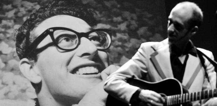 Muzikant Jaap Wijn van The Wieners. De groep brengt een eerbetoon aan Buddy Holly in De Hofnar in Valkenswaard.