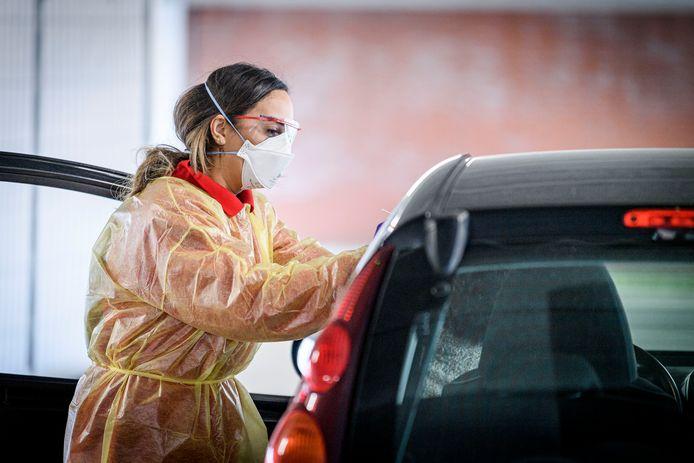 De meeste coronatesten in Twente worden uitgevoerd in een drive-in.