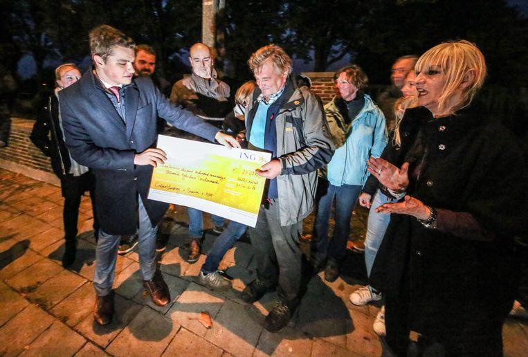 Ghislain krijgt een cheque van Joeri Pauwels.