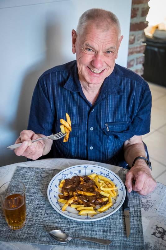 Lau Weber smult van een bord met zijn geliefde frietje zuurvlees