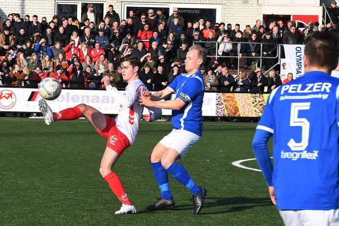 Vincent Buijssen (links) van Volharding wordt opgejaagd door Olympia'18-speler Levi Meulensteen. De derby werd afgelopen zondag gewonnen door Olympia (1-3).