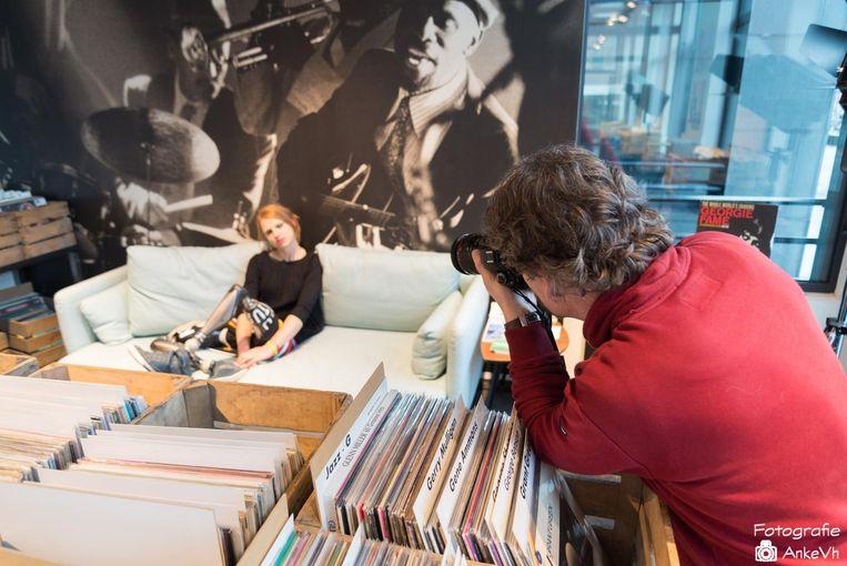 De 'making of' van de fotoshoot: Hannelore Vens poseert, Jo De Groote fotografeert.