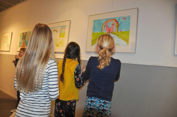 Onder grote belangstelling van vooral familie lieten de jonge exposanten hun kunstwerken zien.