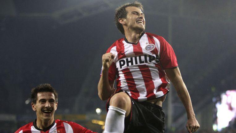 PSV'er Danko Lazovic maakt zaterdagavond een vreugdesprong na zijn 2-0 tegen Willem II. Stanislav Manolev viert het feestje mee. Foto ANP Beeld