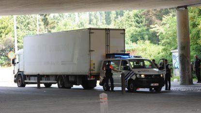 Vrachtwagen klem gereden na achtervolging