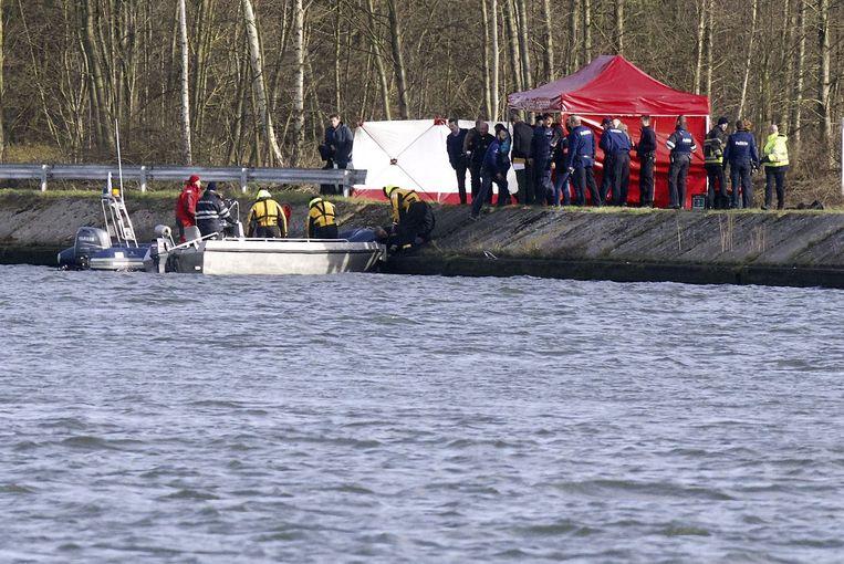 Reddingswerkers zoeken in het Albertkanaal bij Hasselt naar de vermiste Stevaert. Beeld afp