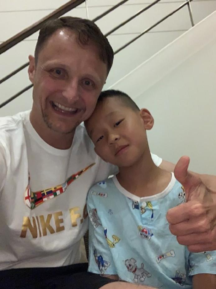 Bernard Tax in het ziekenhuis in Phuket met JunJun (7), het Chinese jongetje wiens leven hij redde.