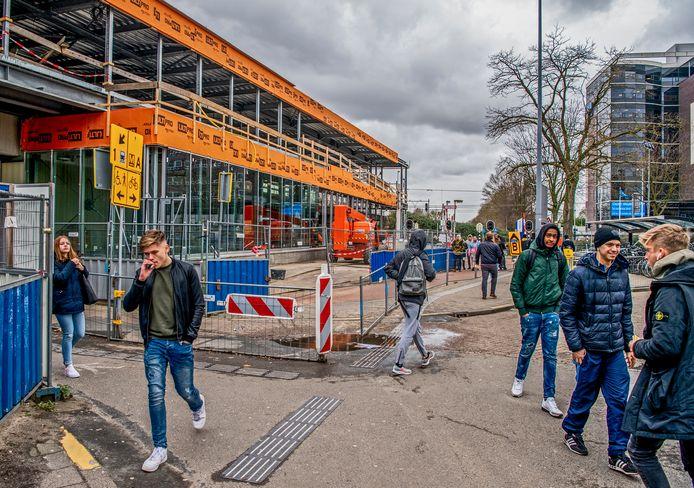 Station Rotterdam-Alexander in aanbouw, de nieuwe stationshal gaat mogelijk half juli weer open.