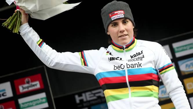 Wat een verlossing: Sanne Cant wint haar allereerste cross als wereldkampioene