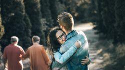 """Waarom we wat vaker moeten knuffelen: """"Het is het ideale medicijn tegen verdriet of stress"""""""