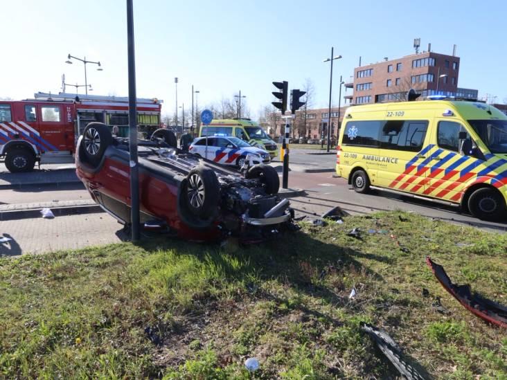 Ernstig ongeluk in Eindhoven: auto belandt op zijn kop tegen lantaarnpaal