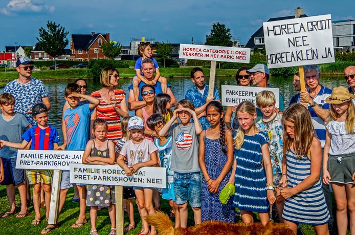 Afgelopen zomer trokken verontruste bewoners van Park 16Hoven in Rotterdam-Overschie al aan de bel over de komst van grootschalige horeca in het aangrenzende park.