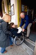 Inge Caljouw werd enkel geholpen als ze daar om vroeg. Hier wordt ze in 2007 door vriendin Marileen van Wijnen en café-eigenaar Frans Meijer van De Concurrent in Vlissingen de kroeg in gedragen om te laten zien wat een obstakelparcours binnensteden kunnen zijn.