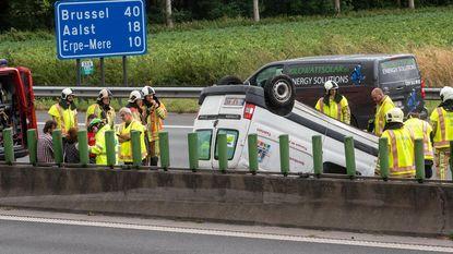 Bestelwagen overkop op E40: twee lichtgewonden