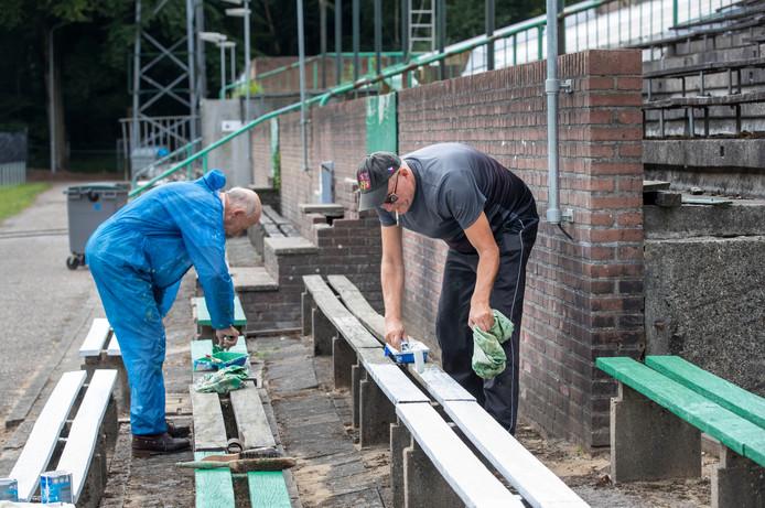 Vrijwilligers knappen stadion de Wageningse Berg op.