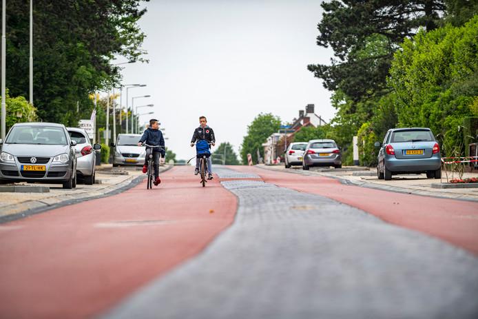 Rood asfalt voor de Halsterseweg in Bergen op Zoom, waar auto's vanaf deze week te gast zijn in de fietsstraat.