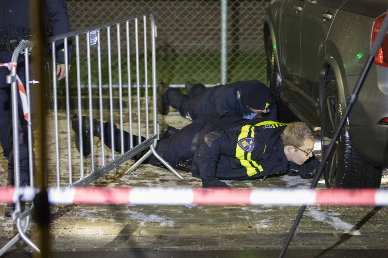 Onderzoek op het parkeerterrein bij ijsstadion Thialf waar bij een schietincident de directeur van Clafis, Bert Jonker, gewond raakte.
