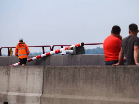 Voor tweede keer in 24 uur slagboom Haringvlietbrug aan gort gereden