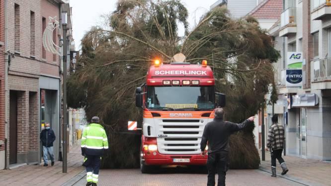Gemeente plaatst gigantische kerstboom op Marktplein van Brakel