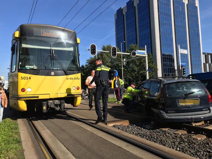 Bij het ongeval kwam de personenauto dwars op de rails te staan.