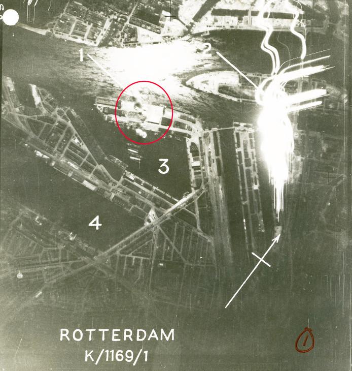 Rood omcirkeld: De plek waar de bommen tot ontploffing kwamen in de nacht van 3 op 4 oktober 1941. 1) Rookpluimen van exploderende bommen 2) Branden in loodsen Koningshaven 3) Rijnhaven 4) Maashaven