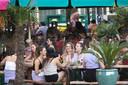 Jongeren op het terras van restaurant Tulp in Amsterdam.