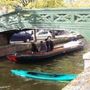 De rondvaartboot waarmee de kanoënde actievoerders konden worden aangehouden.