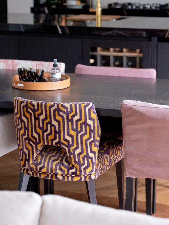 Eetkamerstoelen van IKEA werden geherstoffeerd in een opvallend textiel.