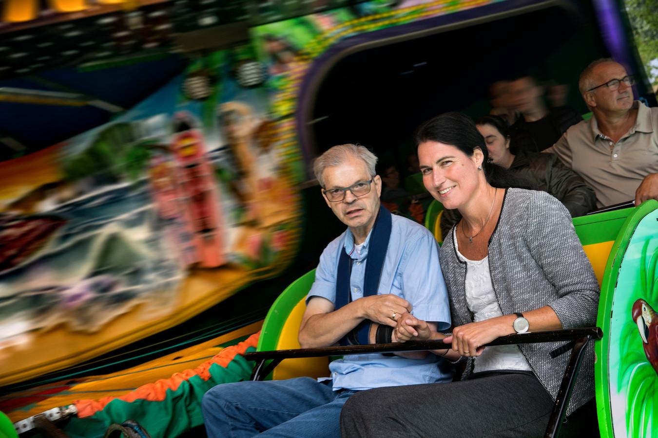 Karel Melis en directrice Ingrid de Vries op de kermis.