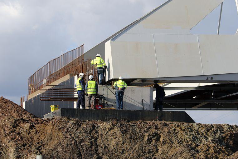 De stalen brug weegt zo'n duizend ton.