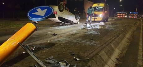 Auto slaat over kop bij station Borne