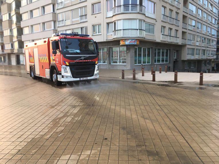 De brandweer spuit de zeedijk elke morgen schoon.